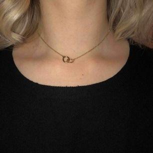 Guldfärgat halsband med två sammansatta ringar, kan bäras som choker halsband eller längre, köpare står för frakt :)