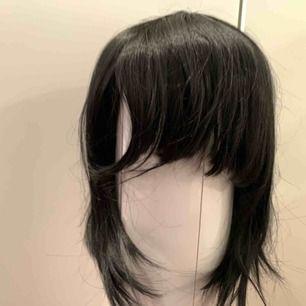Peruken är använd ett få antal gånger. Går att använda till fler karaktärer än Mikasa Ackerman. ⚠️Pris+frakt⚠️