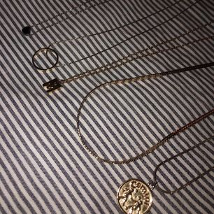 Halsband från olika märken Alla för 120kr