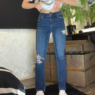 FRAKTFRITT  Säljer dessa blåa bootcut jeans från Lindex. Passar XS- S Jag på bilden är 165 cm. Byxorna är relativt stretchiga i midjan. Möts upp i Örebro eller fraktar. Skriv för mer frågor.