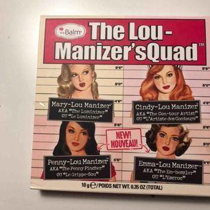 The Lou-Manizer'sQuad palette. 4 olika Highliter från the balm. Har fått den i julklapp men har redan en egen så har inte ens öppnat den. Tejp är kvar.  Den kostar 400kr i butik och den är helt oöppnad. Köpare står för frakt.