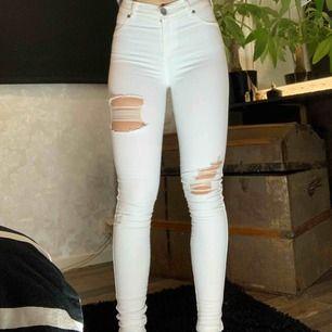 FRAKTFRITT Säljer dessa vita skinnyjeans med slitningar.  Passar på XS-S