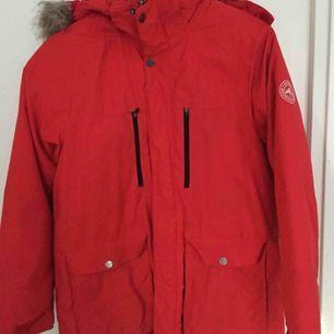 Everest jacka för barn, använd kanske 5 gånger. Varm och osliten. Ser ut at vara i helt nytt skick.