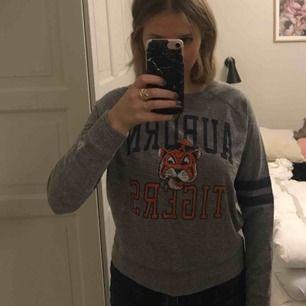 Jätteskön Auburn Tigers college tröja inköpt på American Eagle. Fraktar eller möts upp i Stockholm.