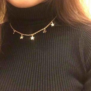 Populärt och trendigt halsband med små stjärnor på, säljer då jag råkade köpa två stycken.