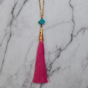 Halsband med rosa tassel och turkos pärla. Kedjan är ca 60cm, justerbar. Fri frakt vid köp över 100:-.