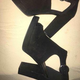 Svarta högklackar med tjock klack, endast andvända en gång så i bra skick! Pris kan diskuteras
