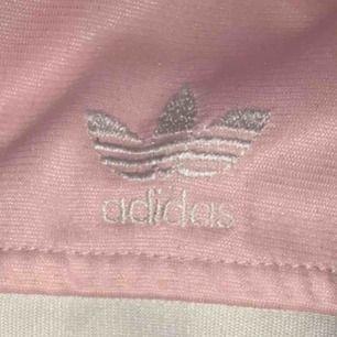 Asball Adidas tröja med dragkedja. Man ser inte vad det är för storlek då texten på etiketten har tvättats bort, men jag skulle säga att den passar XS-M! Med frakt (som ligger på 59kr) kostar tröjan 152kr!