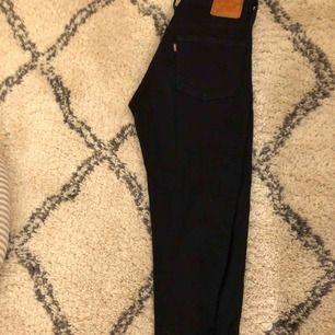 svarta Levis jeans, sitter tajt, storlek 26/32, skriv för mer bilder. frakt tillkommer💘