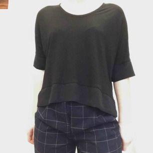 Flowy svart tröja från Zara. Midjekort, lite längre stycke där bak. Passar bra till beige eller ljusa färger, kan kläs ner med casual jeans eller kläs upp.