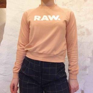 Midjelång G-star RAW tröja strl S. Färgen är varm laxrosa, ungefär. Mjuk och lite stretchig. Nypris 999:-