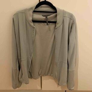 Super fin tröja från Rituals som blir för lite använd. Mkt bra skick!