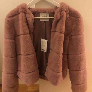 Säljer min pälsjacka från Jacqueline de Yong Aldrig använt den därför jag säljer den. Strl. M
