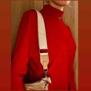 Röd långärmad tröja med turtleneck/halvpolo krage från Monki. Passar alla storlekar mellan XXS-M beroende på hur man vill att den ska sitta! Kostnad för frakt kan tillkomma!  Inköpspris: 150kr