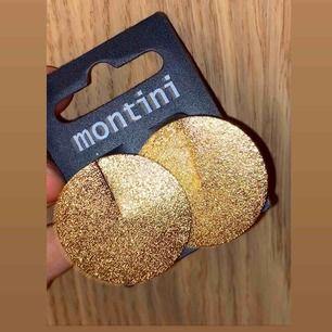 Oanvända guldiga, runda glitterörhängen som passar både vardag och helg! Kostnad för frakt kan tillkomma! Passar alla storlekar!