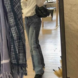 Säljer mina jättesnygga!!! jeans från bikbok eftersom de är för stora i midjan (jag har 24/25 i midjan) 💕 möta upp i Sthlm eller så tillkommer frakt