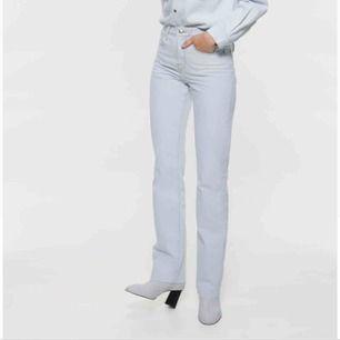 Säljer dessa jeansen från zara! Köpte dom för 549 säljer dom för att dom var för stora på mig. Dom är helt nya med prislapp kvar och allting:)