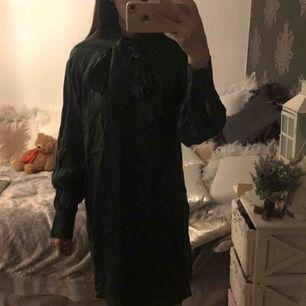 Aldrig använd klänning med knytning upptill, så fin😍 Tycker den är stor i storlek. Frakt:59:-