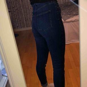 Mörkblåa byxor från monki!☺️ highwaisted och jättesköna! Säljer då jag behöver pengar och har liknande, frakt ingår i priset