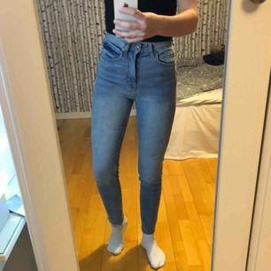 Ett av mina favoritpar av jeans som nu tyvärr blivit försmå🥺 i priset ingår frakt