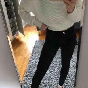 Säljer ett par fina svarta jeans som går verkligen att matcha med allt och är i bra skick💕💕