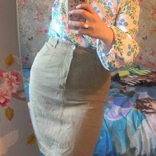 Söt Sandbrun kjol köpt på loppis i mycket fint skick!🥰✨