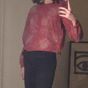 Fin rosa batiktröja! 💖 Dragkedja på axeln och i sidan. Strlk framgår inte men typ XS-S, 150kr. Möts upp på söder eller fraktar💯