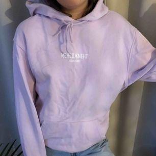 Ljuslila hoodie, från herravdelningen i Strl S så den är perfekt oversized