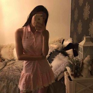 Jättesöt klänning som aldrig är använd! Från Ralph Laurens barnavdelning 12-14år men skulle säga att den passar storlek S! Frakt:63:- skickar spårbart