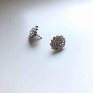 Örhängen med små stenar. 25kr ❤️