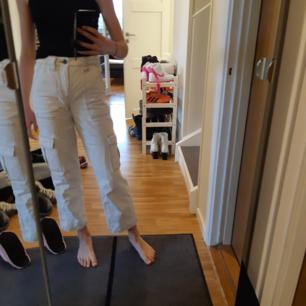 Vita byxor från urban outfitters. Säljs pågrund av att de är för små för mig. Är 170 cm för gemförelse. Byxorna är i gott skick!😊 originalpris 750kr
