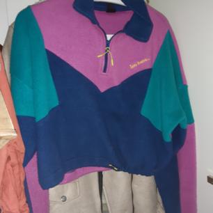 Fleecetröja från urban outfitters. Bara använts 2 ggr.  Original pris 650kr