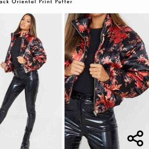 """Jättefin puffer jacket i """"siden"""" från Prettylittlething. Helt oanvänd med lappar kvar. Köpte för 680 sek på hemidan (55 pund)   Möts helst upp"""