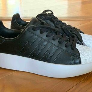 Säljer ett par unika OANVÄNDA Adidas superstar i storlek 36+2/3. En platå på 3,5cm. De är inköpta för 1000kr.