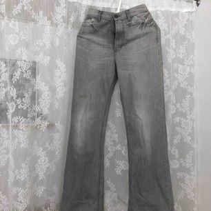 Strl 36 Utsvängda byxor med hög midja från märket Whyred Använda 2ggr innan. Fint skick!