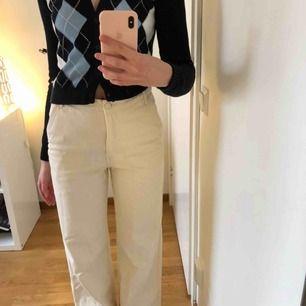 Så snygga krämvita(?) jeans från H&M, strl 36. Knappt använda, som nya! Nypris 599kr.