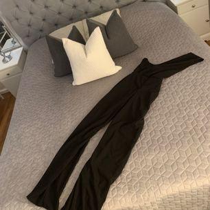 Jätte snygggggg jumpsuit One shoulder säljer den för den är förstor helt ny med lapp kvar köpt som xs men är som en S