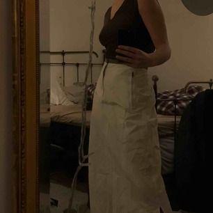 Så trevlig vit kjol med tracksuit-vibe i créme-vit färg, storlek S. Köpt second hand men aldrig använd av mig och i mycket fint skick.