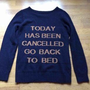 Oanvänd mörkblå stickad tröja med text. Det står ingen storlek i men skulle säga S/M beroende på hur man vill den ska sitta :) priset är inkl frakt 🌸