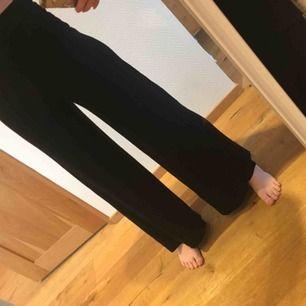 Vida svarta mjuka byxor, hög midja. Frakt tillkommer
