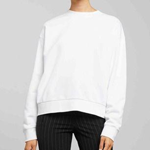 Vit basic sweatshirt från Weekday  Köpt för 250 Använt fåtal gånger så den är som ny På min egna bild ser den lite beige ut men den är vit Kan posta för fraktkostnad ⚡️