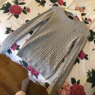 Jätte skön och gosig kavelstickad tröja från gant, använd ett fåtal gånger. Säljer då den inte kommer till användning! Storlek M men passar S också. Mer bilder finns att få. Pris går att diskutera.