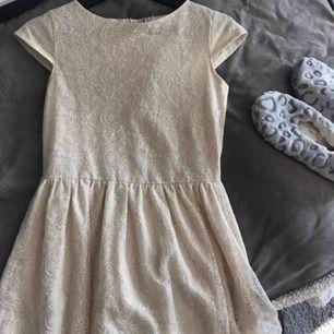 Söt, aldrig använd klänning i spets från zara 13/14 år 164cm alt. kortare vuxen xs. Frakt:59:-
