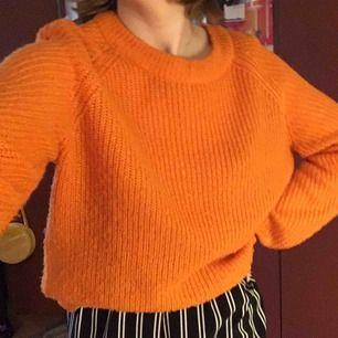 Säljer en stickad tröja från Hm som är i en skitsnygg orange färg!⚡️Är i fint skick🍊