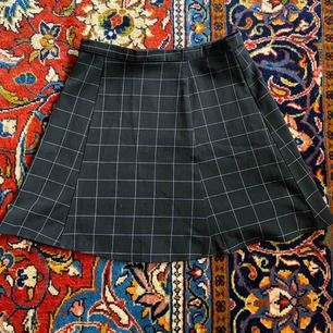 Kjol från American Apparel, möts upp i Göteborg eller skickar mot att köparen betalar frakt!  Liten i storleken, passar troligen bäst en XS