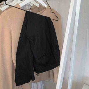 Mina favorit kostymbyxor har blivit för små o behöver en ny ägare!:( dem är lågmidja (fast inte alls föör låga) och även korta i läng så passar nog nån som är max 160cm  Köparen står för frakt❤️