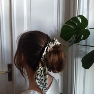 Sjal i sidenliknande material med leopardmönster. Ca 50 × 50 cm. Frakt på 11 kr tillkommer.