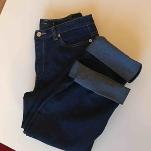 Stretchiga mörkblå jeans med vita sömmar. Köpta second hand. Modellen är ursprungligen bootcut men jag brukar vika dem till straightleg! (Har bilder på det) Hör av dig om du vill ha mått eller fler bilder☺️Obs: ej bakfickor.