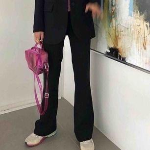 Super fina bootcut kostymbyxor från zara. Första bilden är ej min men ville visa hur dom ser ut på då dom är för små för mig. Perfekt längd för nån som är 165-170cm. Skriv för mått, köparen står för frakten!
