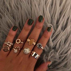 Säljer lite ringar för 10-20kr beroende på vilken man vill köpa. De flesta ringarna är i storlek XS-S förutom den högst upp på ringfingret som är i storlek M/L (därför sitter den stort på mig) skriv om du är intresserad av någon!